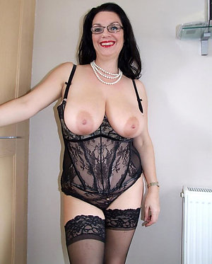 Bombshells Savahna sexy mature in lingerie