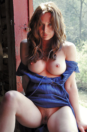 Real hot mature mom posing nude