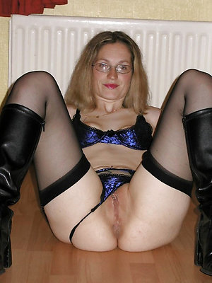 Gorgeous sexy mature panty tease