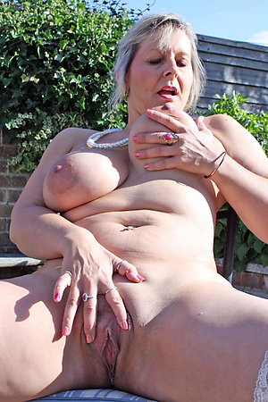 Free pics of mature women shaved pussy