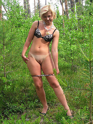 Pretty women naked outdoors pics