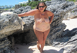 Real old pussy at the beach