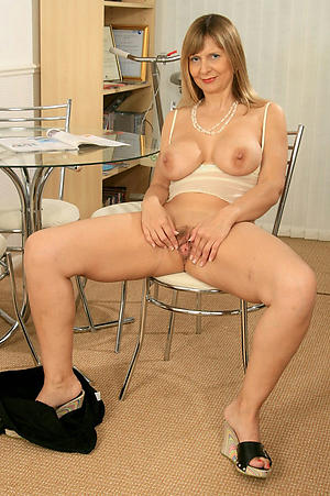 Wet pussy mature 40 plus nude foto