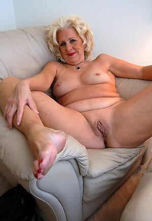 Pretty mature female feet