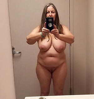 Gorgeous in the buff mature selfshot