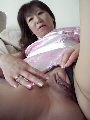 Mature pussy up accommodate oneself to porn pics