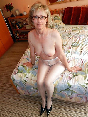 Naked horny sexy mature mom with glasses