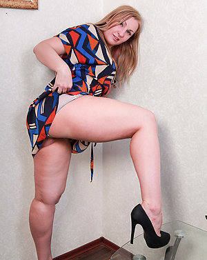 Free mature spreading legs pictures